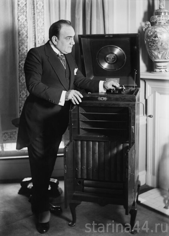 caruso_with_phonograph2.jpg